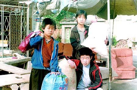 18岁,一个叫王平,今年16岁,最小的一个叫王伟,今年刚刚15岁,