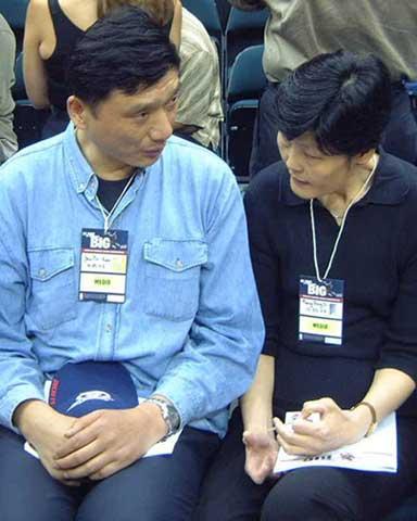 姚明的爸爸和妈妈一起到现场观看姚明比赛,图为姚爸爸跟姚妈妈谈论
