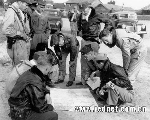 陈纳德和飞虎队员一起看报纸的合影