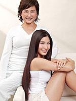 组图:影星郑佩佩与女儿原子鏸代言健康护肤产品