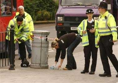 图文:伦敦爆炸 警察在垃圾桶中寻找可疑物品