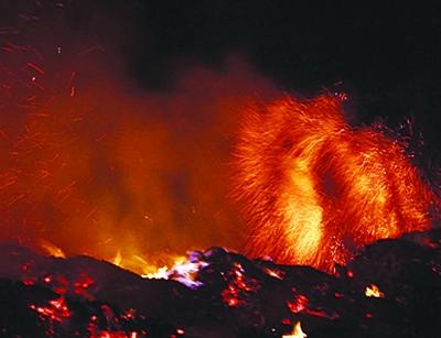 [视频]印尼海啸灾区救援难 火山威胁又来临