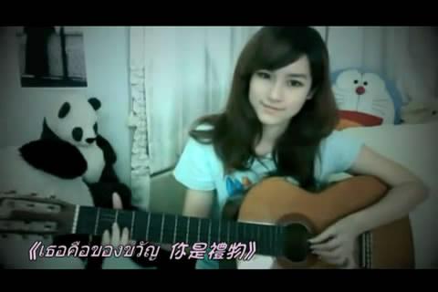 [视频]泰国小美女吉他弹唱惹人爱