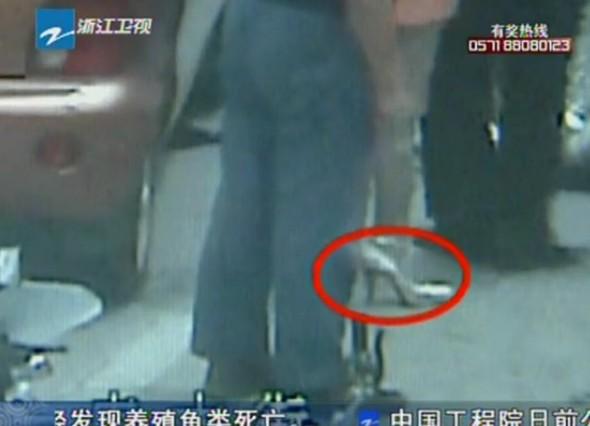 视频女子穿高跟鞋不能及时刹车碾过骑车人