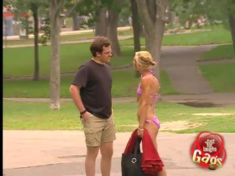视频国外恶作剧:比基尼美女街头换衣服