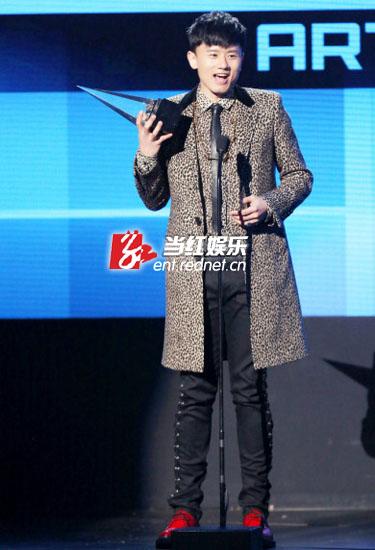 (张杰亮相AMA全美音乐奖颁奖礼,豹纹服配金链子)-颁奖礼尴尬多