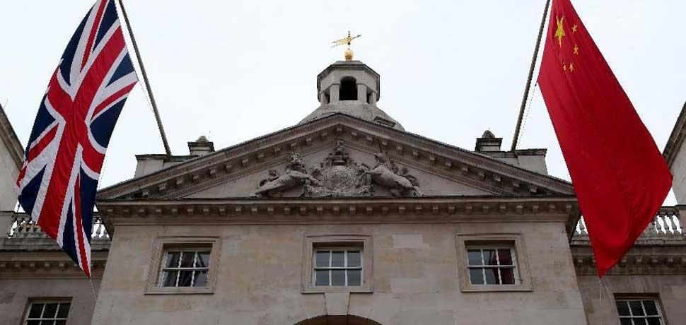 中英两国国旗悬挂在伦敦街头