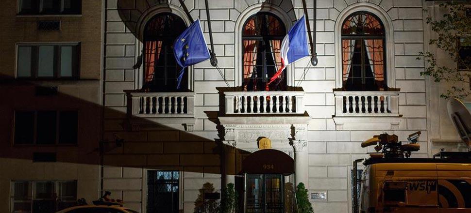 法国驻纽约总领馆降半旗悼念巴黎袭击遇难者