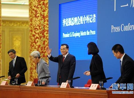 步入会场后 李克强总理与记者打招呼