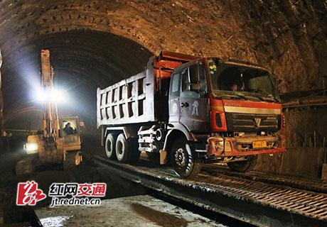 常安高速丫峰隧道顺利贯通 为全线首个双洞贯通隧道