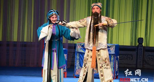 湖南传统戏剧传承展演:儿子陪母亲剧场补过端午