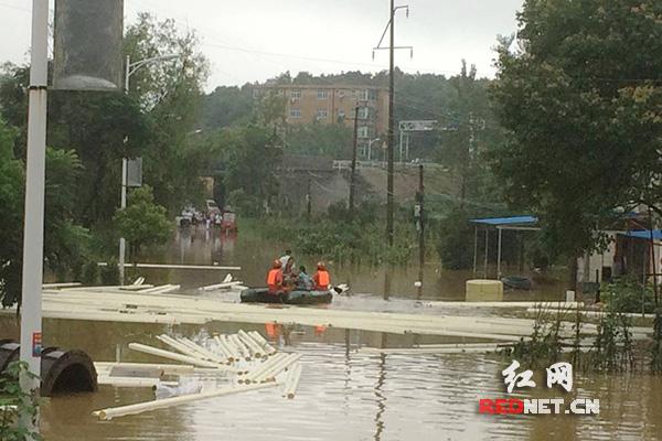 岳阳城区内涝 消防已转移受灾群众百余人