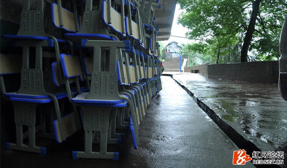 爱心企业捐赠600套课桌椅给怀化山区学生