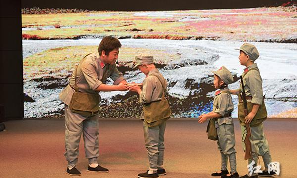 红贝网组织演出《金色的鱼钩》 纪念长征80周年