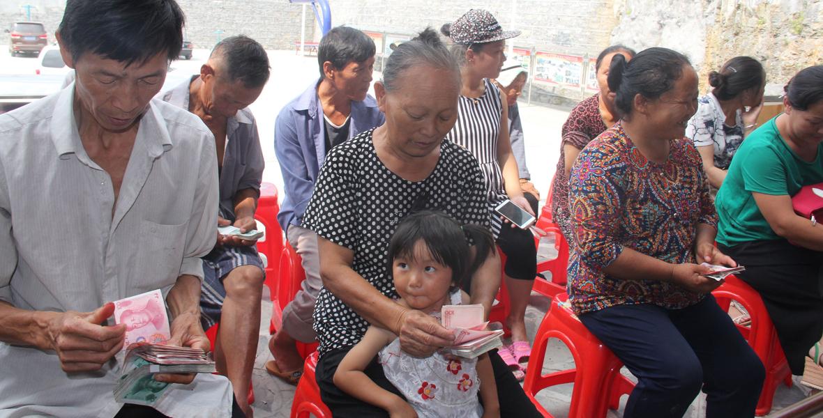 8月22日,雄龙村里的湘玉竹合作社举办第一次分红大会,12名农户分到了28万元。
