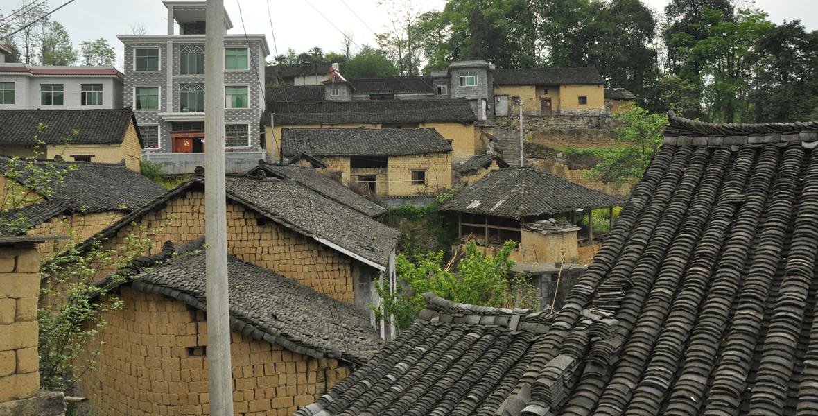 一年前,雄龙村的破旧危房,像这样的危房在全村有88栋。
