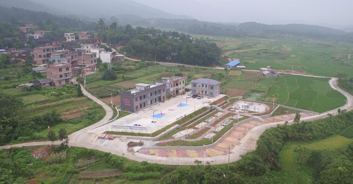 湖南省委宣传部扶贫队入驻塘头坪村后,帮助完善了村小学、村综合大楼、人畜饮水工程的基础设施建设。