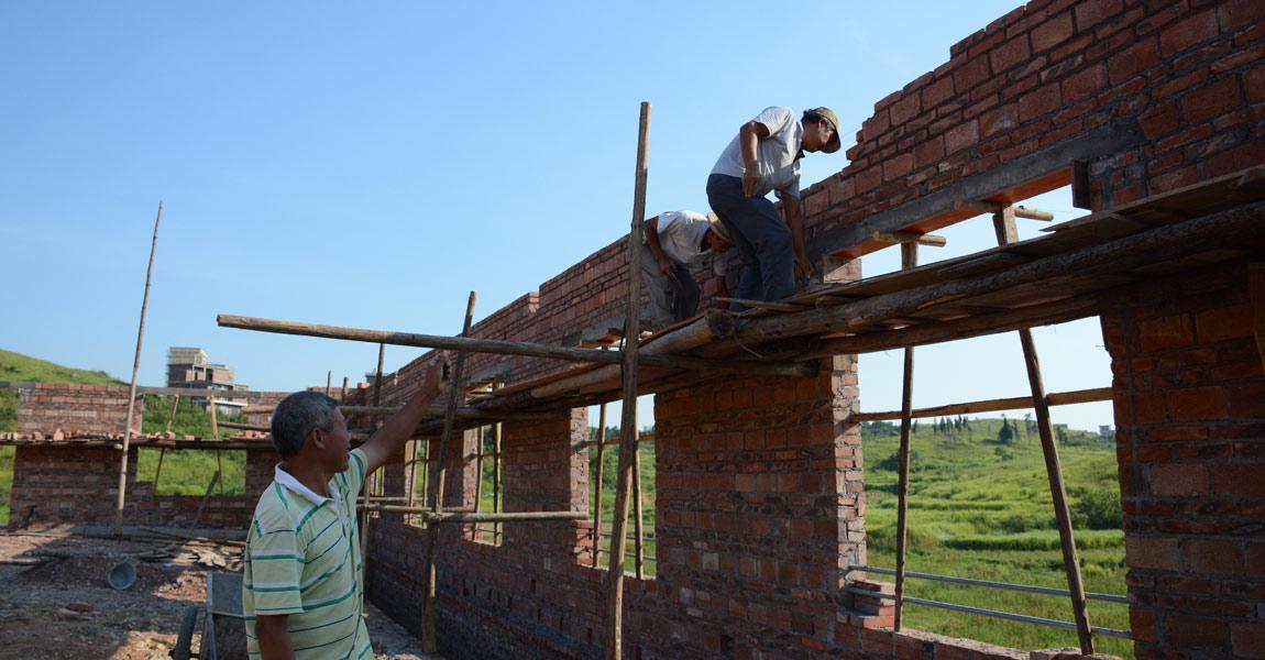 陈土贵的新猪场计划建成800多平米,9月底可完工进猪仔。