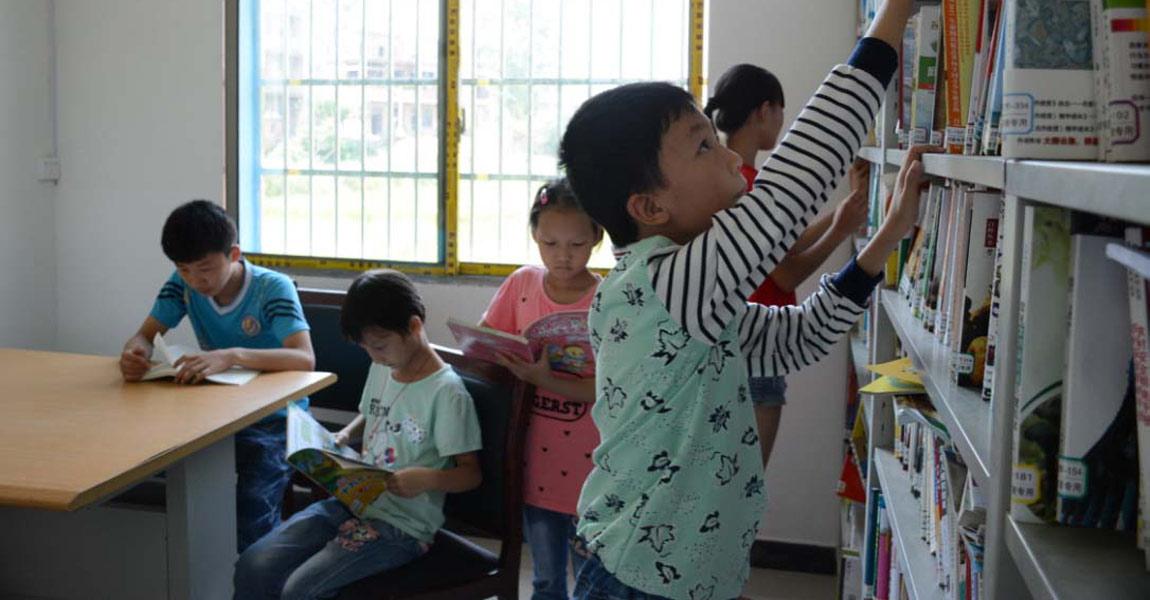 新建成的村图书阅览室成孩子们的精神乐园。