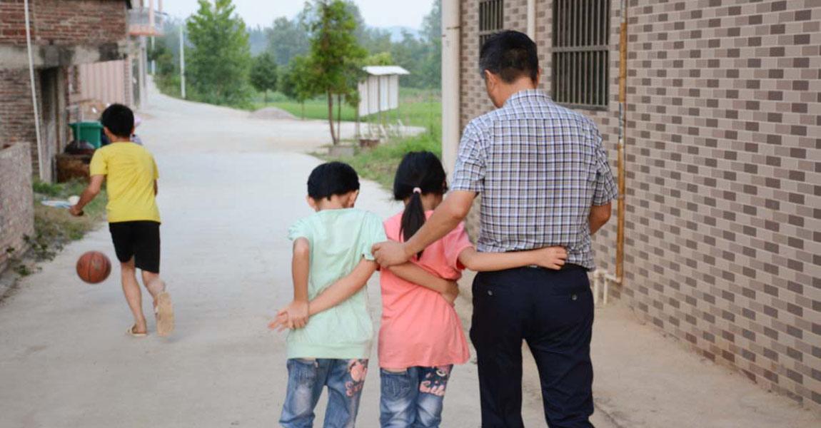 和孩子们打成一片的扶贫队长。