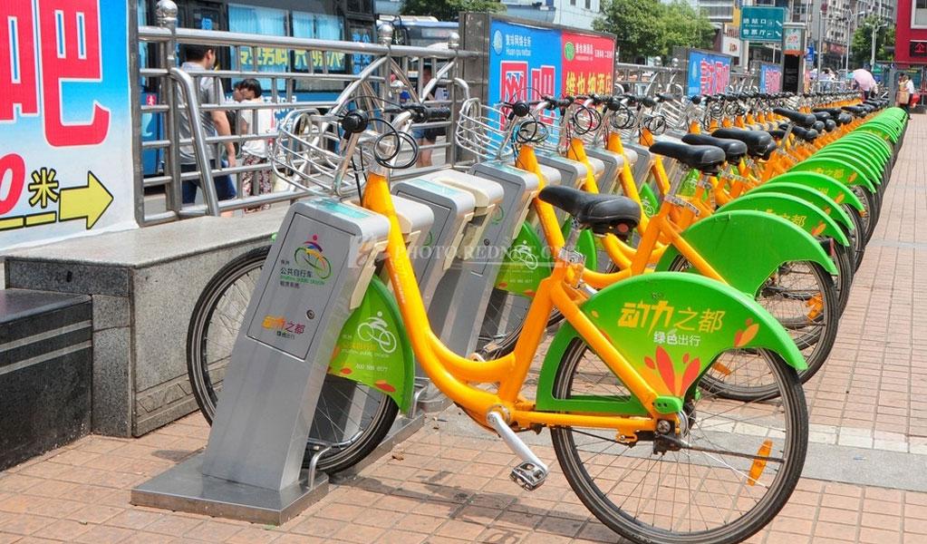 株洲街头随处可见的便民自行车停放点