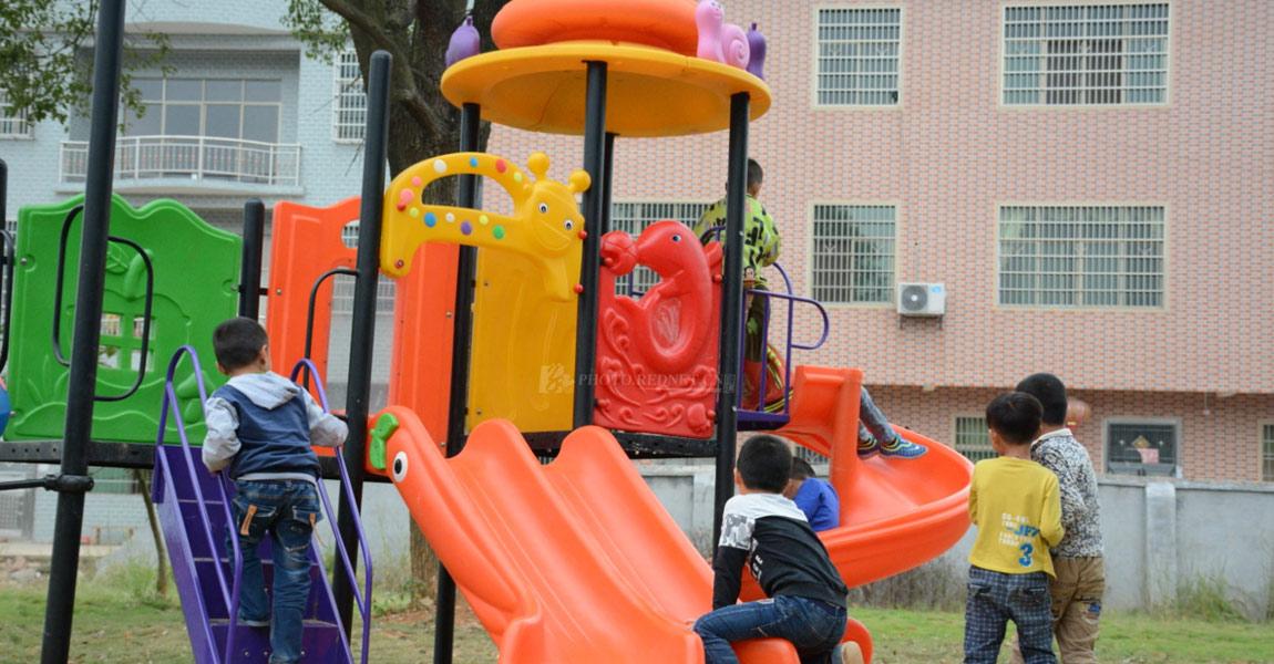 扶贫工作队为新坌小学购置的娱乐器材,深受小孩欢喜。