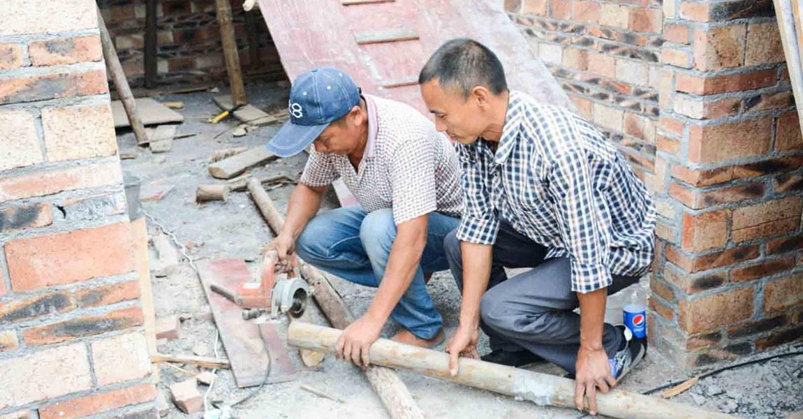 """""""芙蓉湾""""工程建设现场,大伙都在忙着建新房。"""