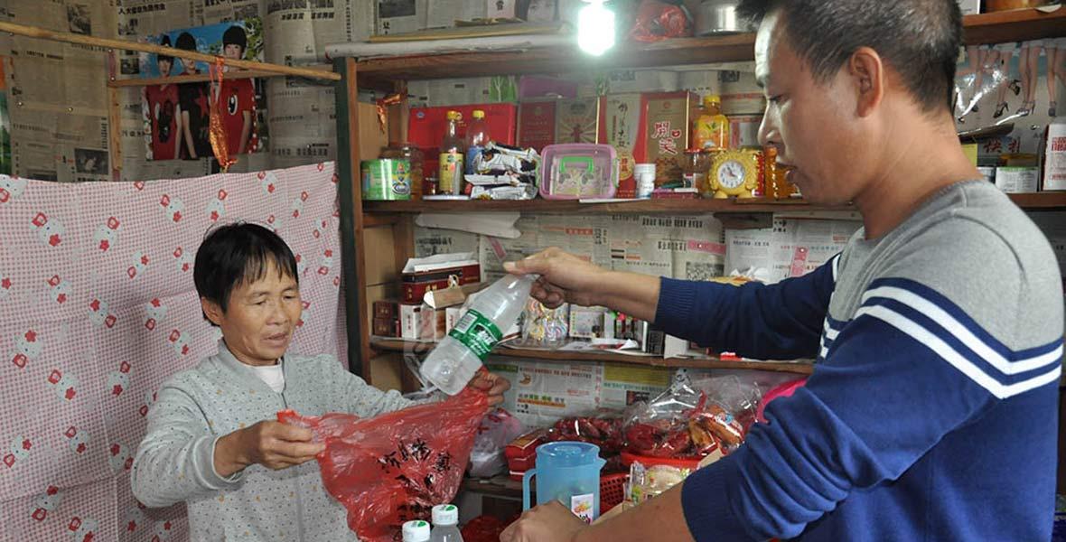此前苏坤翠主要靠小卖部收入为生,现在艺术客栈发展模式带火了小卖部生意。