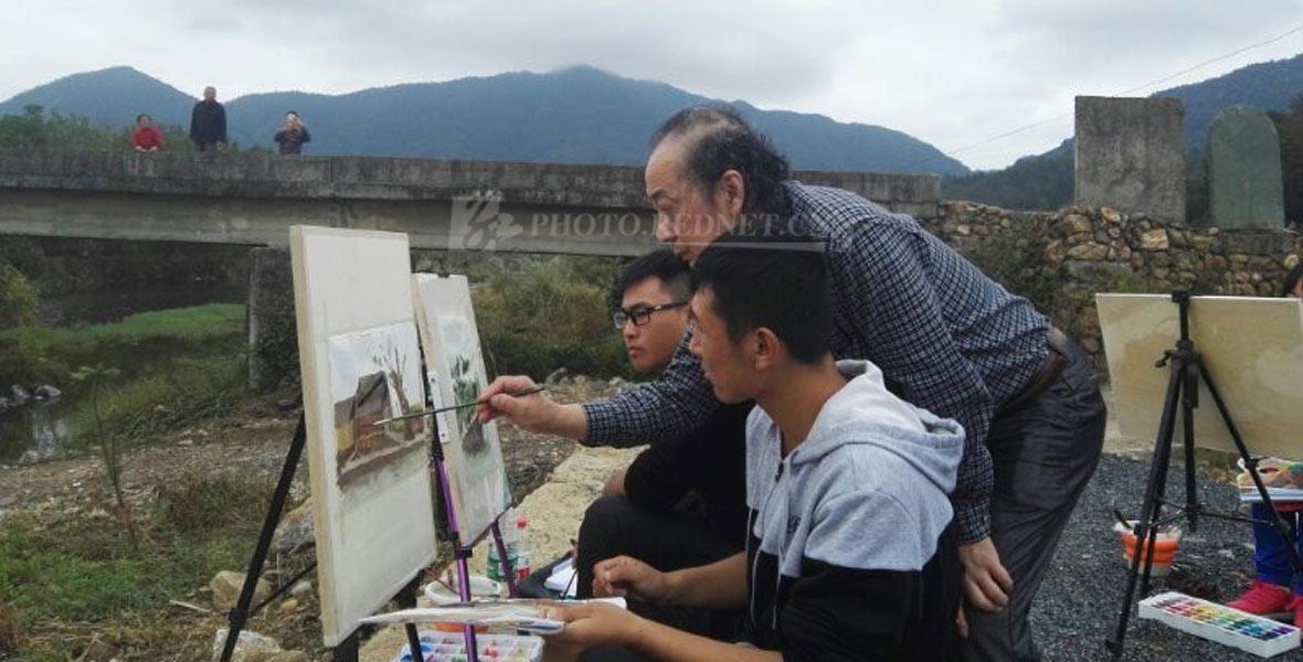 湖南师大美术学院老师带学生来插柳村写生并作指导。