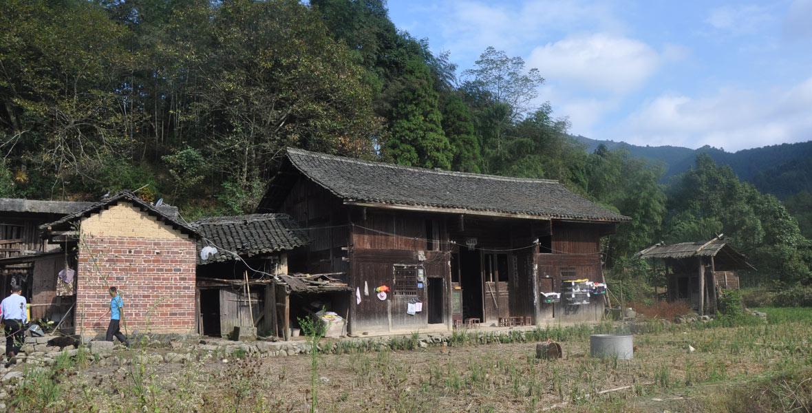 廖家村贫困户吴昆林家住了50多年的老房子,如今已经是风雨飘零。