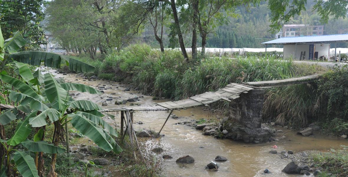 麻江河上,村民们自己搭建的简易木桥,一旦遇上大雨天,村民们不敢走木桥过河。