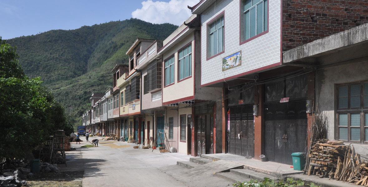异地扶贫搬迁后,村民们住上了二层水泥房屋。