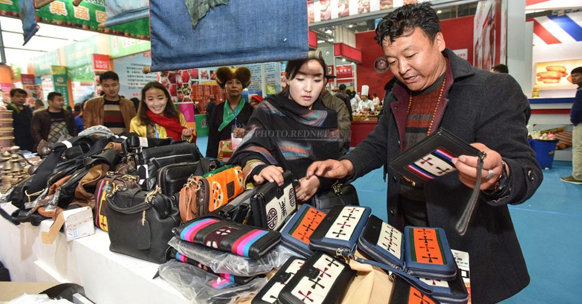 西藏贡嘎展厅内,来自西藏的销售人员正在向顾客介绍产品。