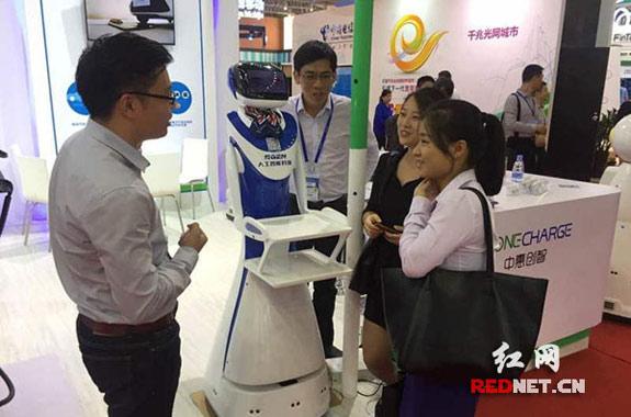 长沙自主造无线充电机器人企业亮相深圳高交会