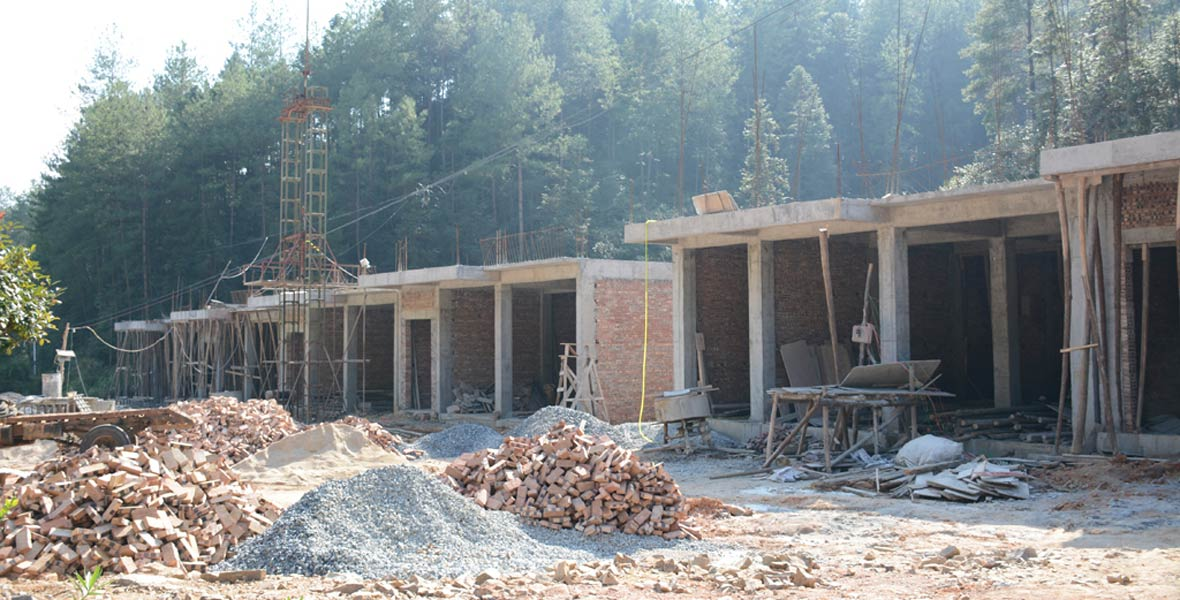 蛟州村正在修建集中联建点,通过异地搬迁实现脱贫。