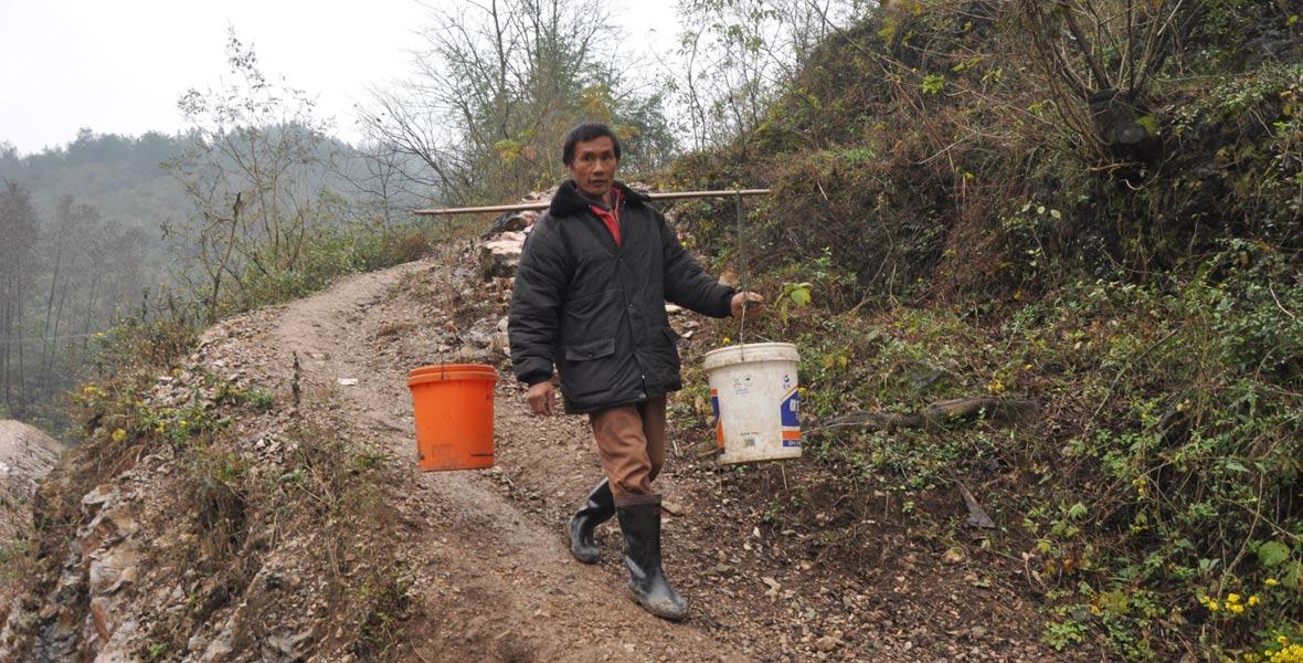 1年以前,双合村村民还得挑水满足日用。