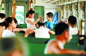 """湘南有趟""""农民免费进城专列"""" 曾是铁路通勤车"""