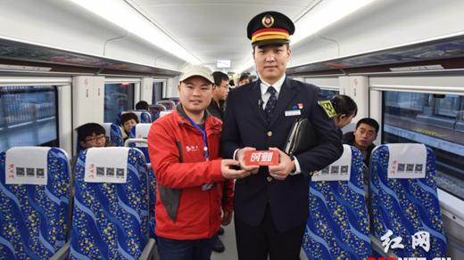 组图:长株潭城铁和乘务员都是高颜值