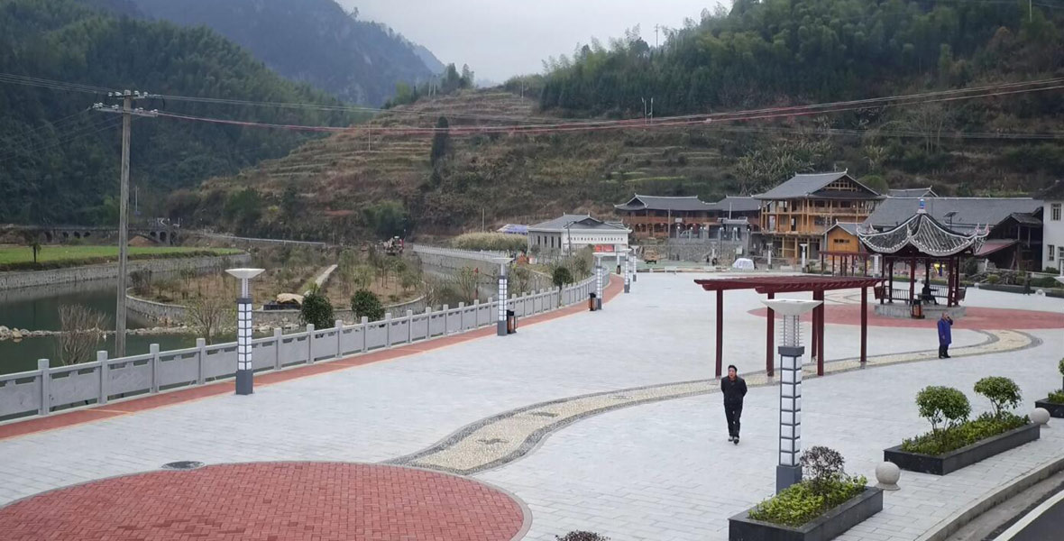 湖南省财政厅驻宝瑶村工作队来了后,帮助宝瑶村建设了中心广场,让村民活动有去处。