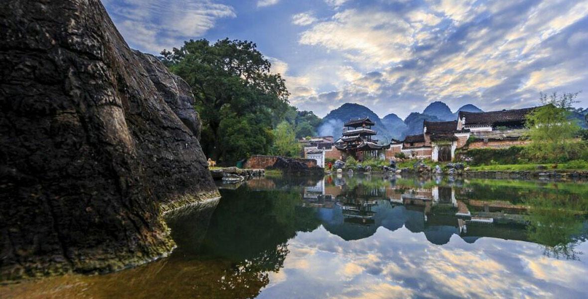 勾蓝瑶寨,距今有1194年的历史。四面环山,山峰奇异,河水清澈。