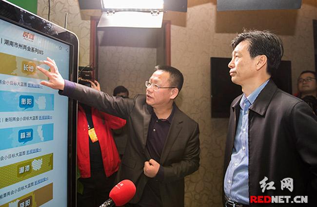 蔡振红看望两会记者:以负责精神做好做活报道