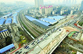 劳动路跨京广铁路桥北半幅桥面完工