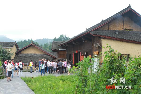 【湖南答卷】十八洞村:我们脱贫了 我们脱单了