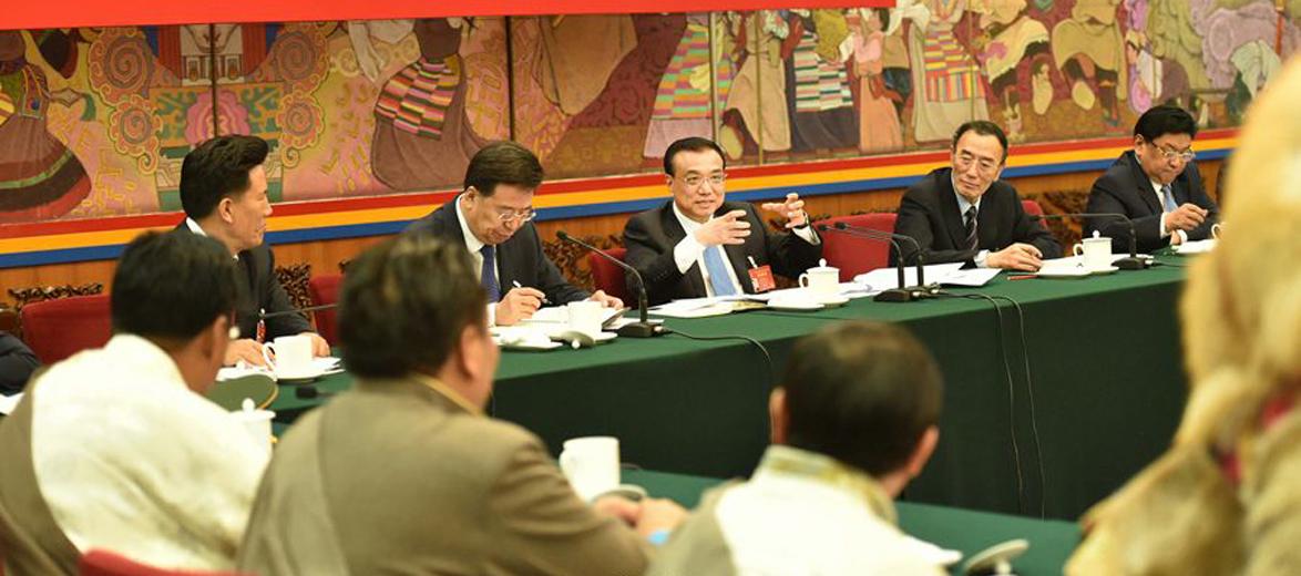 李克强到西藏团:民族团结要像糌粑捏成团
