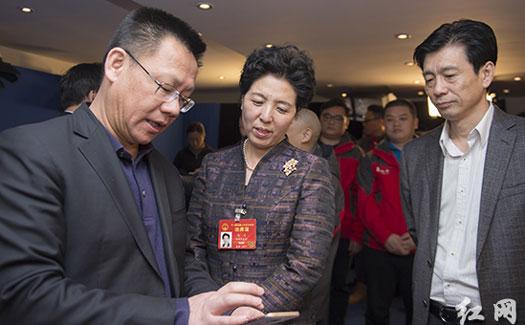 乌兰蔡振红看望湖南省全国两会报道新闻工作者