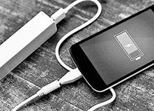 手机充电不用愁:动动手走走路