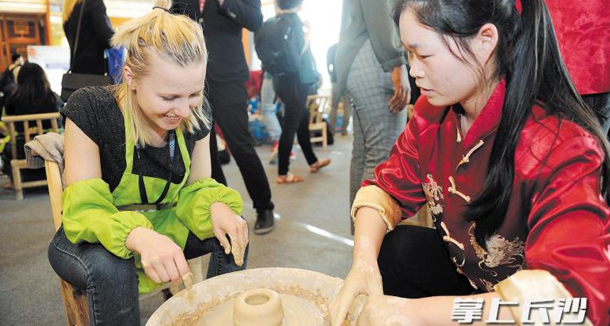 各国青年体验长沙铜官窑古老陶艺