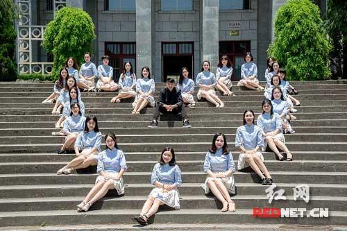 躺在女生长腿下站在网名女生上唯一男生毕业女生心尖信小学生微图片
