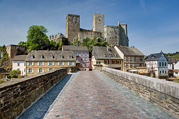 德国黑森州   森州位于德国中部莱茵美因河平原上,被称为德国中部之州,面积21114平方公里,人口590万,首府为威斯巴登。该州下设3个专区、5个市、21个乡河430个镇。黑森州今天的疆域始于二战之后,它是以风俗、历史、文化和社会情况为背景形成的州。它不仅地理位置居中,在经济和社会结构上也基本上处于德国的中等水平。   黑森州最大的城市是法兰克福,其周围的莱茵河和美因河地区是德国继鲁尔区之后第二大工业区。黑森州最强的经济部门是化工、汽车制造、皮革制品、光学产品、电子技术和机械制造。   位于美因河