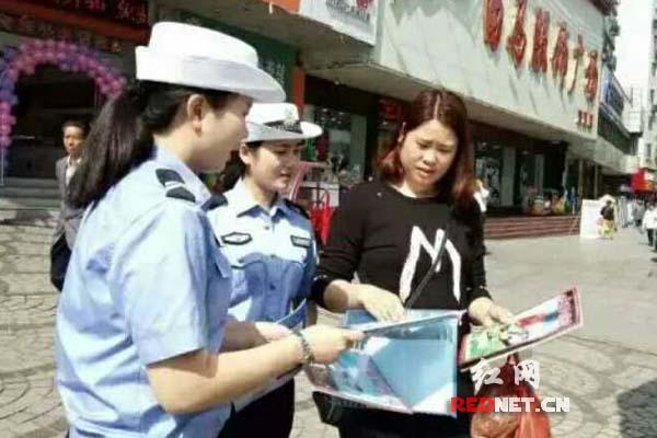 怀化辰溪交警开展文明交通劝导活动